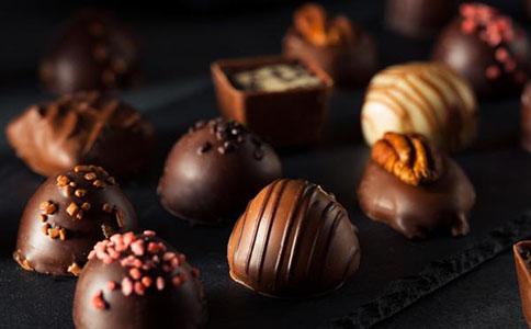 晚上经常失眠吃什么食物好睡前千万不能吃巧克力