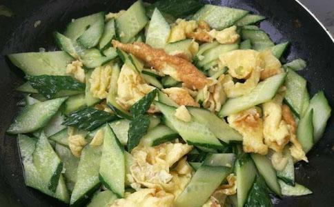 黄瓜片炒鸡蛋出锅装盘